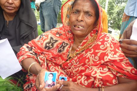 Mourning relatives of a victim of the death of Rana Plaza © FEMNET