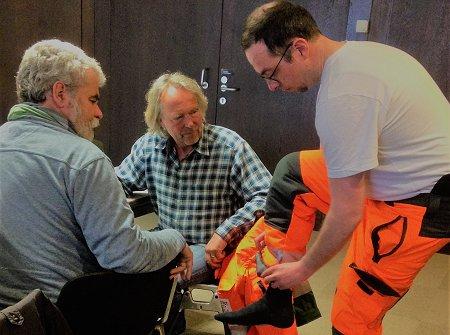 Mitarbeiter des Bonner Amtes für Stadtgrün testen die neue Dienstkleidung. Foto: © FEMNET