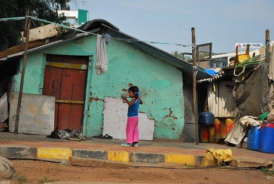 Ein Mädchen in einem sehr armen Wohngebiet in Bangalore. Foto: © Regina Weidental
