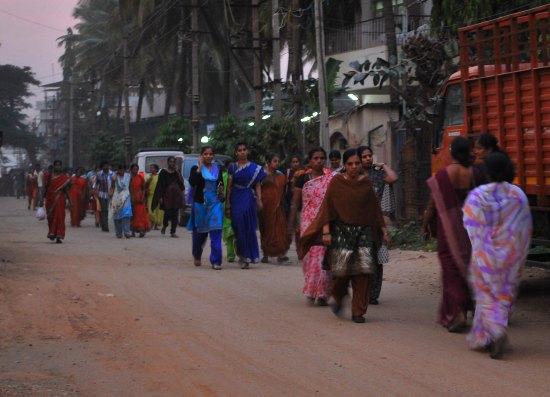 Textilarbeiterinnen nach der Arbeit. Foto © Regina Weidental