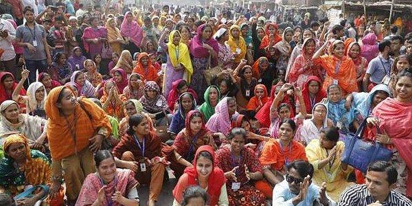 Protestierende Textilarbeiterinnen bei einer Straßenblockade in Mirpur, Dhaka am 12.01.2019. Foto © NGWF