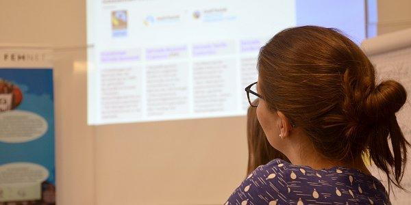 Die Schulung vermittelt, welche Verfahren zur Einbindung von Gütezeichen in Ausschreibungsverfahren sich in der Praxis bewährt haben. Foto: © FEMNET