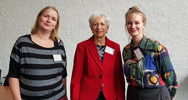 FEMNET-Mitarbeiterinnen mit Sybille Becker (Mitte), Vorsitzende des Bonner Spendenparlaments. © FEMNET