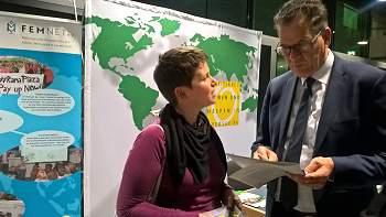 Markt der Möglichekiten in Berlin. FEMNET-Referentin Anne Neumann mit Bundesminister Müller