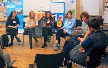 Studierende lernen mehr über die Herstellungsbedingungen von Kleidung. Foto: © Barbara Palusinska/FEMNET