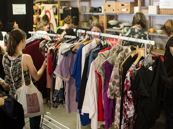 Viel Auswahl bei der Kleidertauschparty im April.  Foto: © Julia Krojer