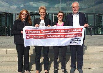 Gisela Burckhardt (FEMNET) (Mitte) mit (vlnr): Silke Wedemeier (Clean Clothes Campaign CCC Stuttgart), Isabelle Kempf (CCC Mannheim) und Paul Russmann (Kritische Aktionäre). Foto: © FEMNET