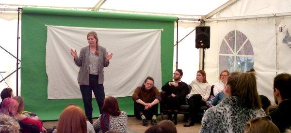 Kerstin Dahmen diskutiert mit interessierten Studierenden der Hochschule Niederrhein. © FEMNET