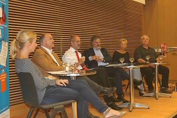 Podiumsdiskussion in Bonn zur Fairen öffentlichen Textilbeschaffung mit Vertreter_innen aus Kommune, Politik, Wirtschaft und Zivilgesellschaft. Foto: © FEMNET e.V.