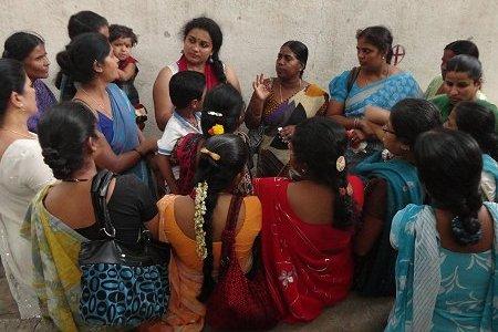 Cividep im Gespräch Näherinnen vor einer Fabrik. Foto: © CIVIDEP