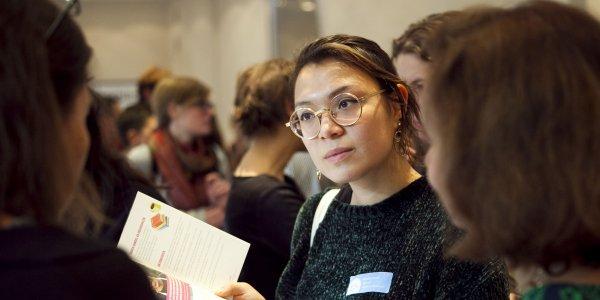 Austausch beim Markt der Möglichkeiten. Foto: © Kathrin Brunnhofer | FEMNET
