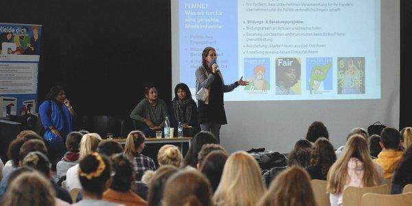 Hunderte Schüler_innen lauschten den Berichten der Aktivistinnen. Foto © Vanessa Püllen | FEMNET