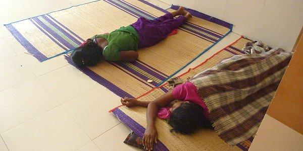 Erschöpfte Mädchen in einer Spinnerei in Tamil Nadu, die tagsüber schlafen, da sie nachts gearbeitet haben. Foto: © FEMNET