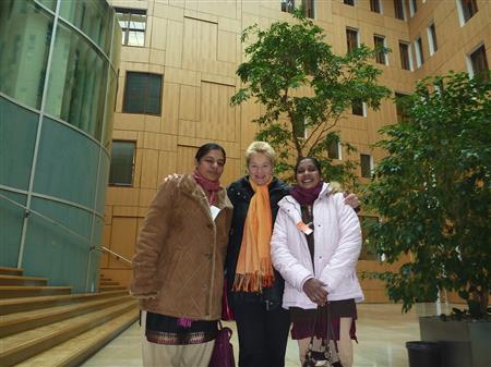 Anita Cheria , Dr. Gisela Burckhardt und Maheshwari Murugan im Abgeordnetenhaus in Berlin
