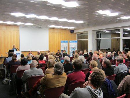 Dr. Gisela Burckhardt, FEMNET e.V. begrüßt die Anwesenden der Abendveranstaltung in der Friedrich-Ebert-Stiftung, Bonn