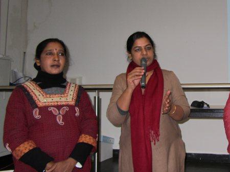 Maheshwari Murugan und Anita Cheria vor den Studierenden der HSNR