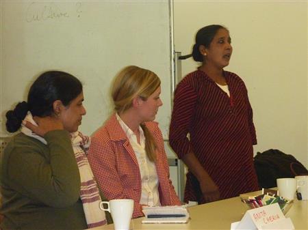 Anita Cheria, Kerstin Dahmen und Maheshwari Murugan berichten den Studierenden