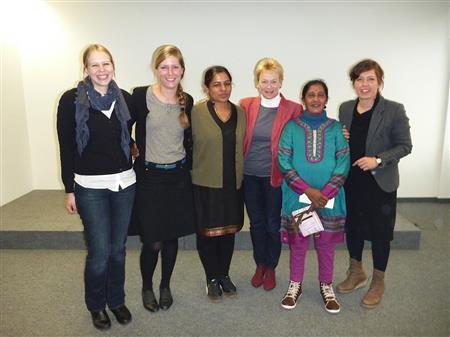 v.l.n.r.: Das Rundreiseteam Janina Hotze, Kerstin Dahmen, Anita Cheria, Dr. Gisela Burckhardt, Maheshwari Murugan mit Prof. Nicole Süß der MDH Düsseldorf