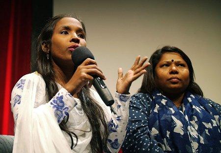 Mim Akter (links) und Kalpona Akter berichten vom Überlebenskampf in der bangladeschischen Bekleidungsindustrie. Foto: © Ben Böhm