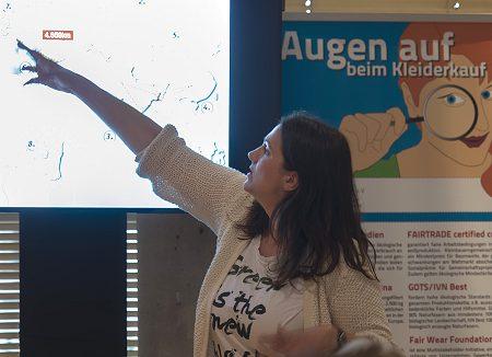Vorstandsfrau Vanessa Püllen erläutert den Weg eines T-Shirts im Rahmen eines Workshops. Foto: © Barbara Frommann, Engagement Global