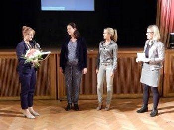 Übergabe des Preises an FEMNET-Vorstandsfrau Vanesse Püllen. Foto: © FEMNET